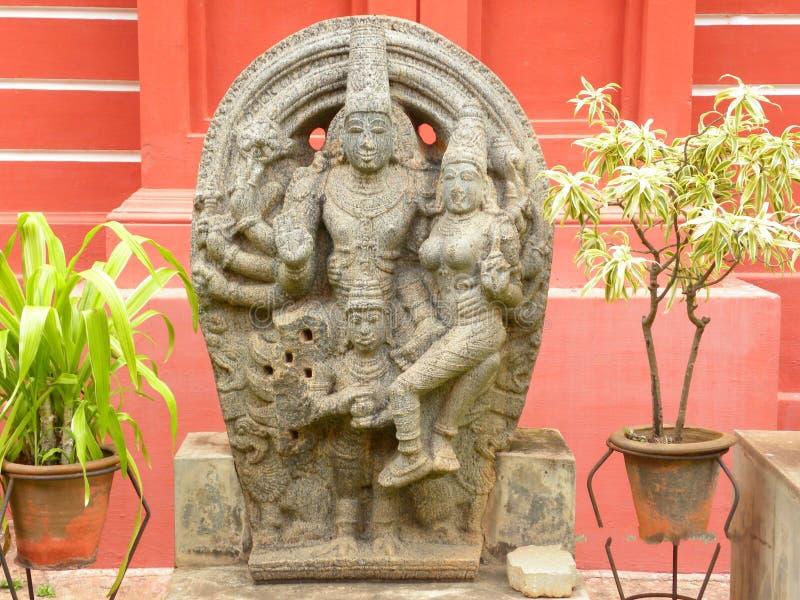 Скульптура Бангалора, Karnataka, Индии - 8-ое сентября 2009 старая каменная лорда Vishnu с богиней Lakshmi на музее правительства стоковые фотографии rf
