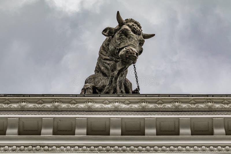 Скульптура быка на крыше мясной промышленности павильона на выставке экономических достижений в Москве стоковое изображение