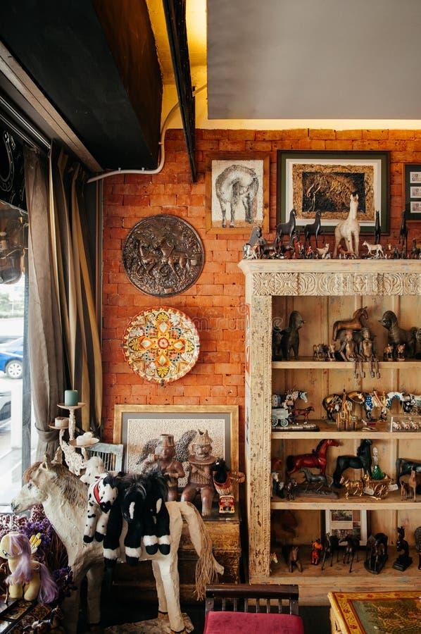 Скульптура винтажных ретро кукол лошади керамические и украшать дета стоковое изображение rf