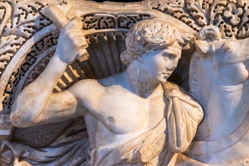 Скульптура, вырезанная на мраморном, показывающая молодого человека нРстоковые фото