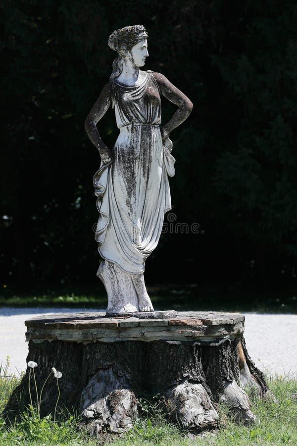 Скульптура в итальянском саде стоковое изображение rf
