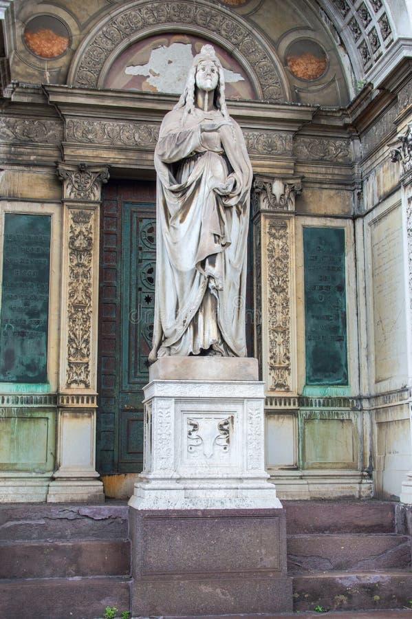 Скульптура в кладбище Милана di Cimitero Monumentale монументальном стоковое изображение rf