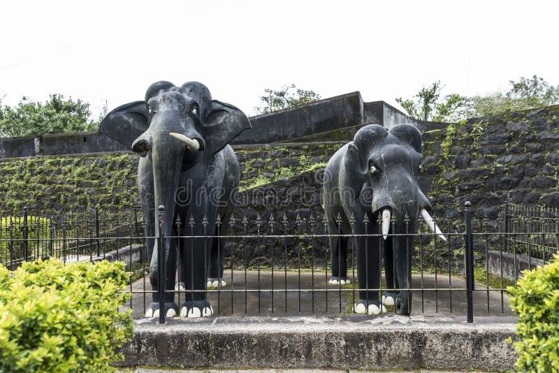 Скульптура 2 в натуральную величину слонов камня черноты masonry внутри форта Madikeri в Coorg Karnataka Индии стоковые изображения rf