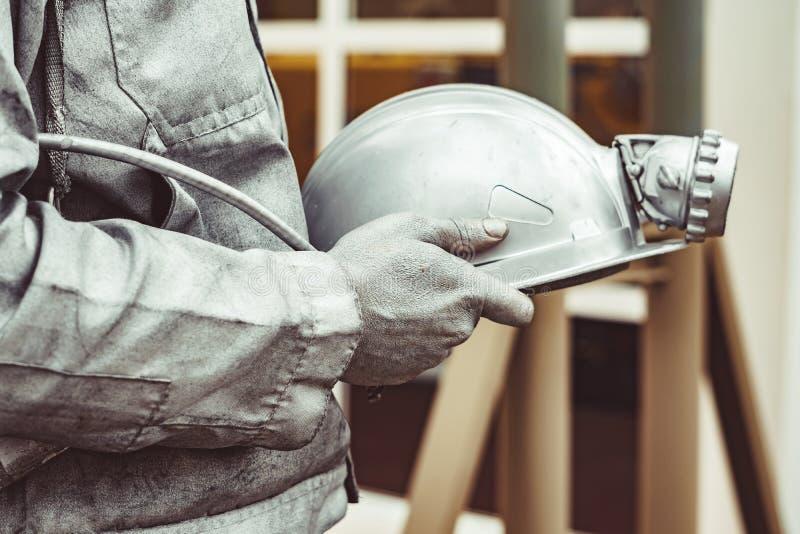 Скульптура горнорабочего держа шлем стоковые изображения rf