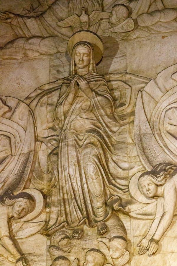 Скульптура женский молить в Монтсеррате monastry стоковые изображения rf