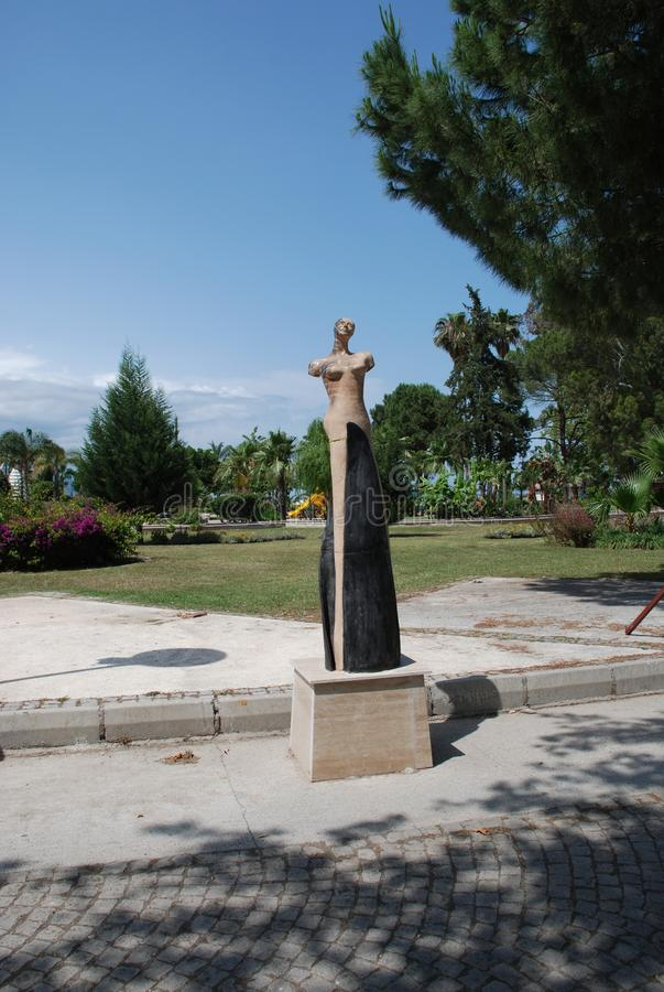 Скульптура женщины без рук на seashore в городе Kemer в Турции стоковая фотография rf