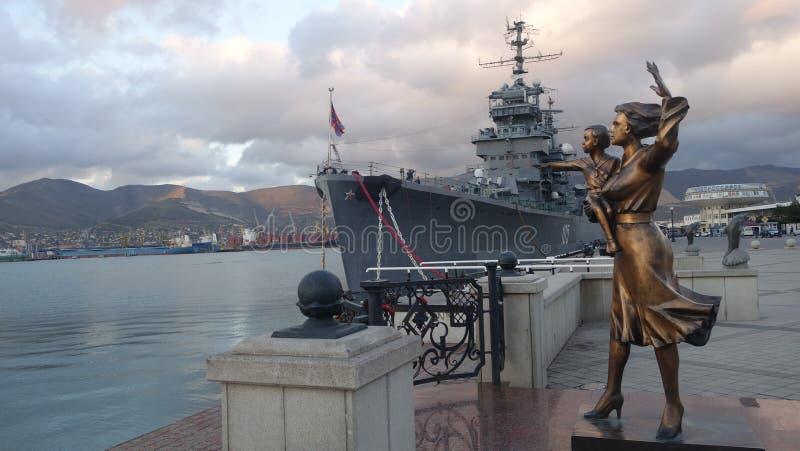 Скульптура женщины с ребенком Novorossiysk Крейсер Mikhail Kutuzov стоковая фотография rf