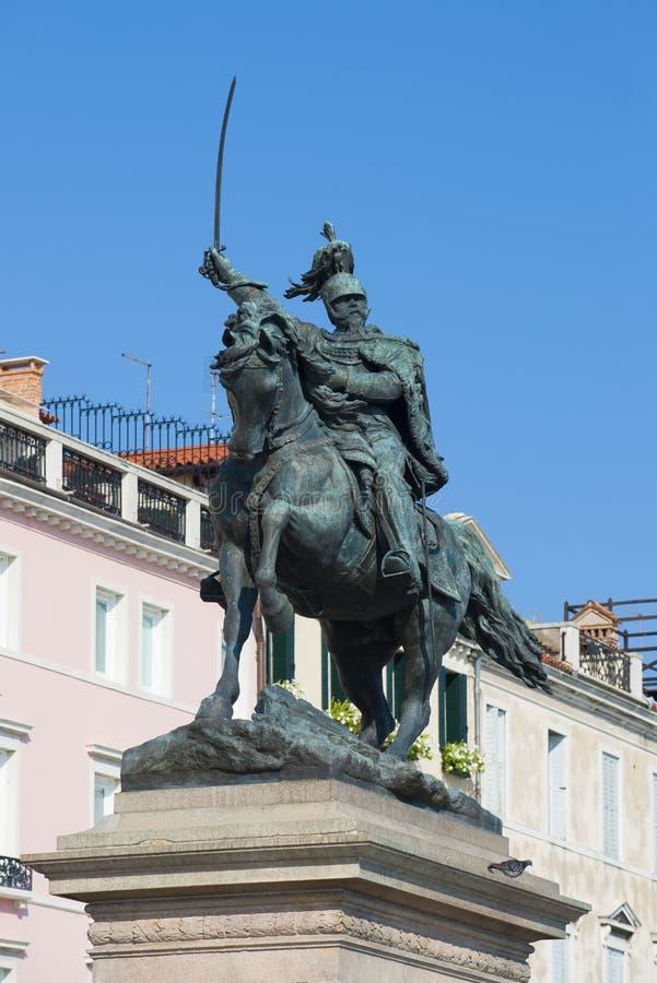 Скульптура короля Виктора конца 1887 Emmanuil II вверх на фоне голубого неба Венеция Италия стоковое фото
