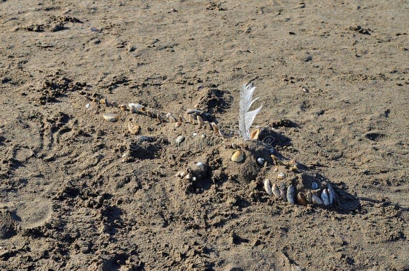 Скульптура крокодила на пляже стоковая фотография rf