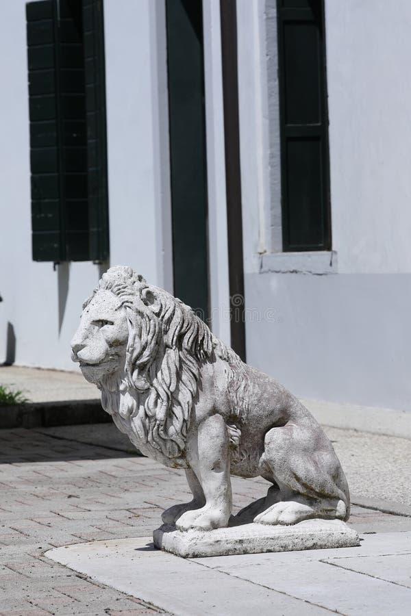 Скульптура льва в итальянском саде стоковые фото