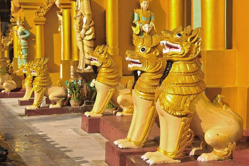 Скульптура льва в пагоде schwedagon, Янгоне, Myanmar. стоковые изображения