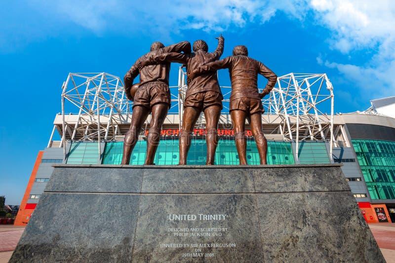 Скульптура объединенной троицы бронзовая на старом стадионе Trafford в Манчестере, Великобритании стоковые фото