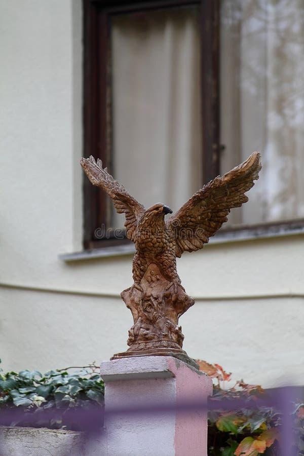 Скульптура орла перед домом стоковые изображения rf