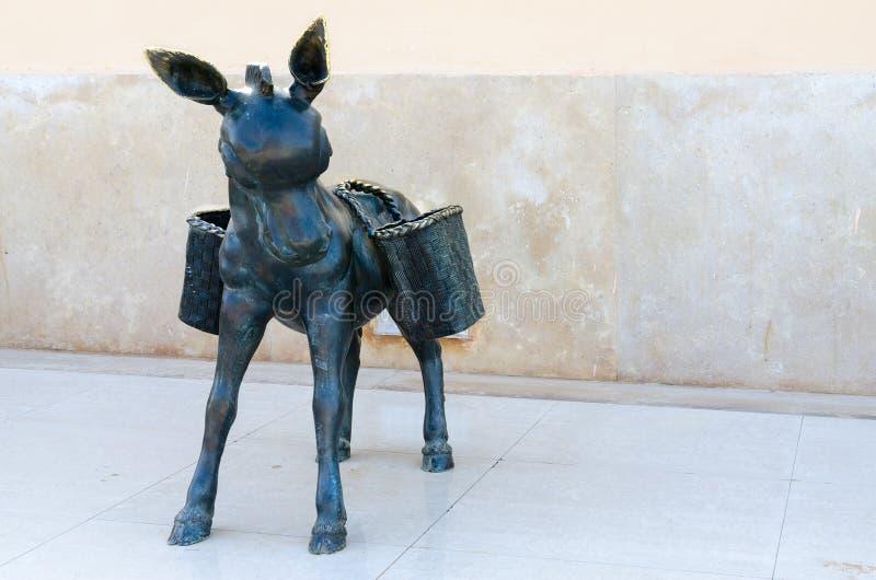 Скульптура осла с плетеными корзинами дальше подпирает в комплексе покупок и развлечений квадрата Soho, Sharm El Sheikh, Египта стоковые изображения rf