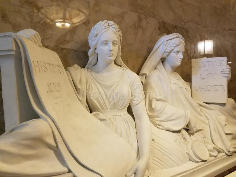Скульптура правосудия и истории стоковая фотография rf