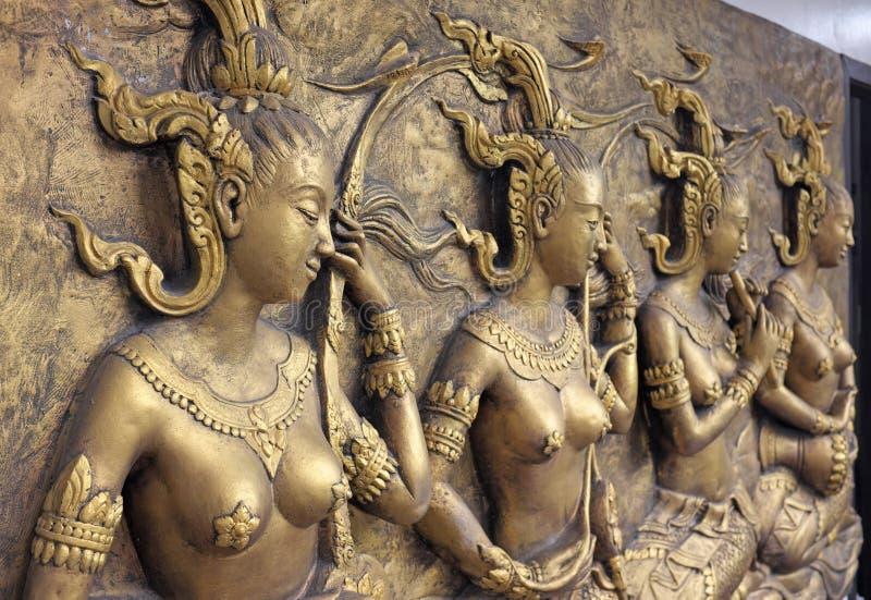 Скульптура родной культуры тайская на стене виска стоковое фото