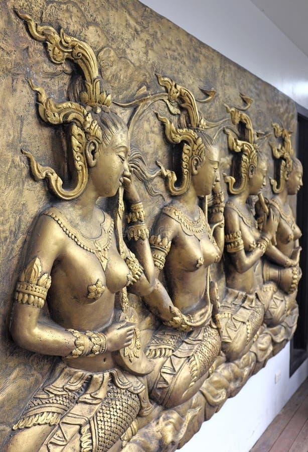 Скульптура родной культуры тайская на стене виска стоковая фотография