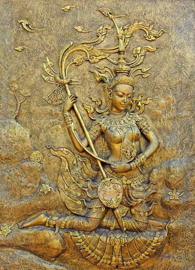 Скульптура родной культуры тайская на стене виска стоковая фотография rf