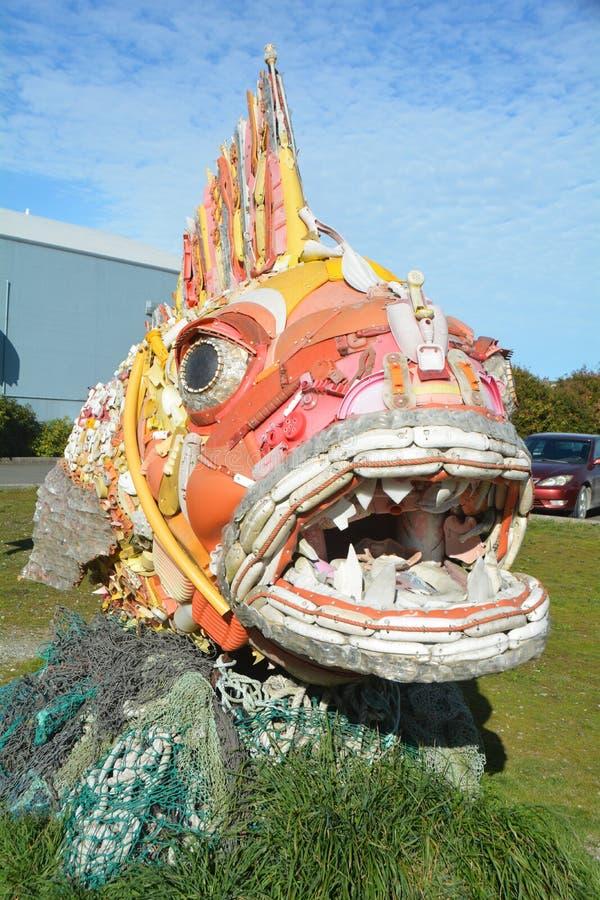 Скульптура рыбы из обломков пляжа в Бандоне, Орегон стоковые фотографии rf
