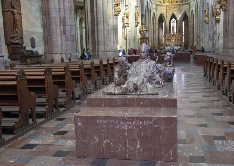 Скульптура Святого Adalbert расположенная в столичном Cathdral Святых Vitus, Wenceslaus и Adalbert, замка Праги стоковые фото
