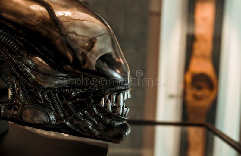 Скульптура твари чужеземца большого художника h r Giger стоковое изображение