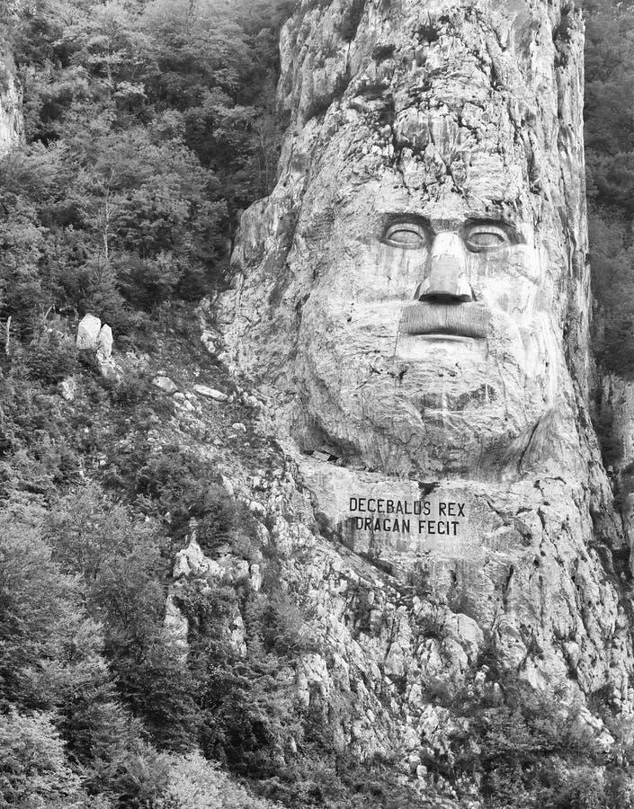 Скульптура утеса Decebalus последний король Dacia высекая в утесе, на реке Дунае, на железных стробах стоковые изображения