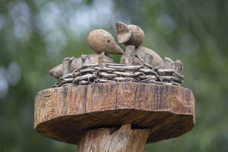 Скульптура цыпленоков в гнезде стоковые фото
