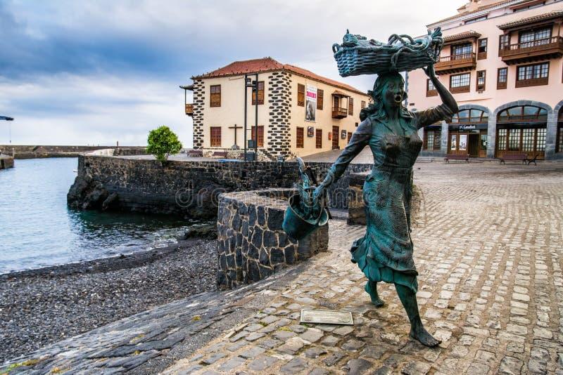 Скульптура fishwife в рыбном порте в Puerto de Ла Cruz, Испании стоковое фото rf