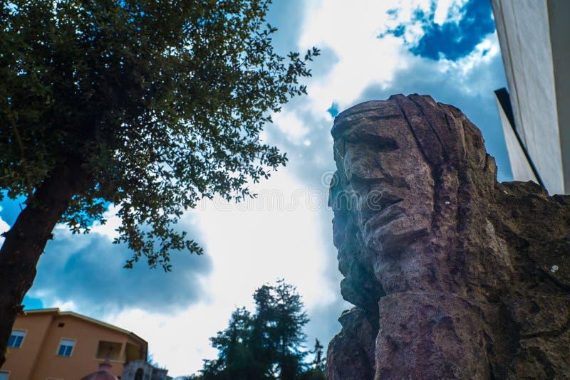 01-18-2018 - скульптура mamuthones, традиционная маска в масленице Mamoiada, Нуоро, Сардиния, Италия стоковое фото rf