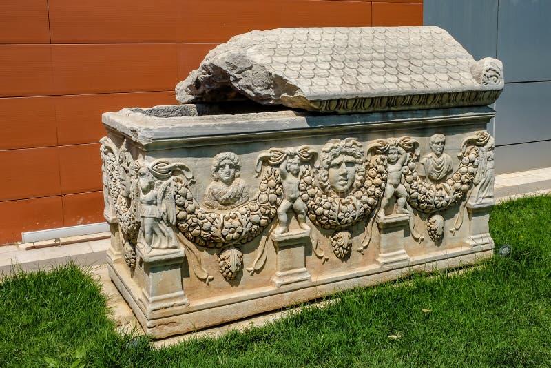 Скульптуры на римском мраморном саркофаге в музее Ephesus Efes стоковое изображение rf