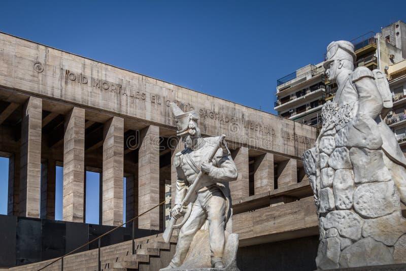 Скульптуры солдата Lola Mora на национальном флаге мемориальном Monumento Nacional Ла Bandera - Rosario, Санта-Фе, Аргентина стоковые фото