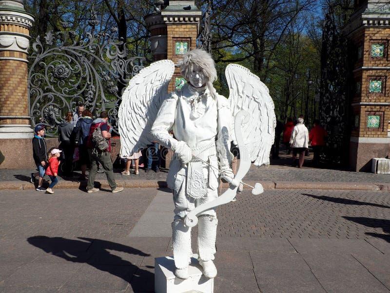 Скульптур-белый ангел в реальном маштабе времени стоковые фотографии rf