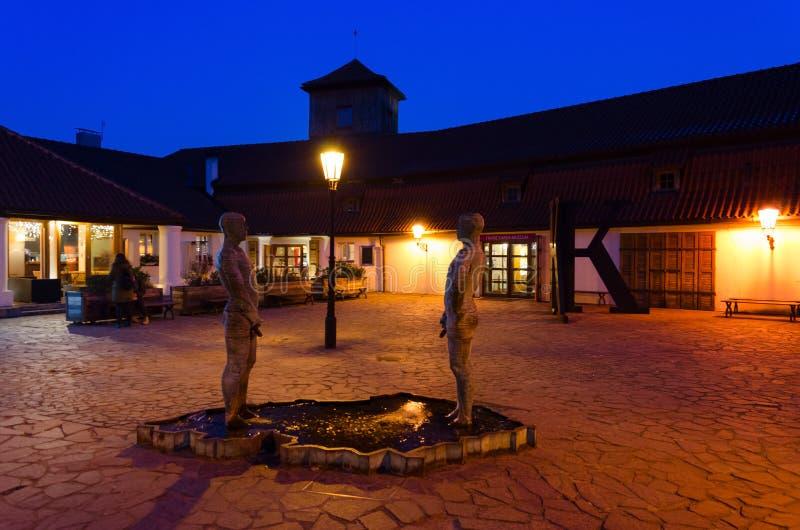 Скульптур-фонтан мочась люди чехословакским скульптором Дэвид Chernyy около музея Франц Кафка, Праги, чехии стоковая фотография rf