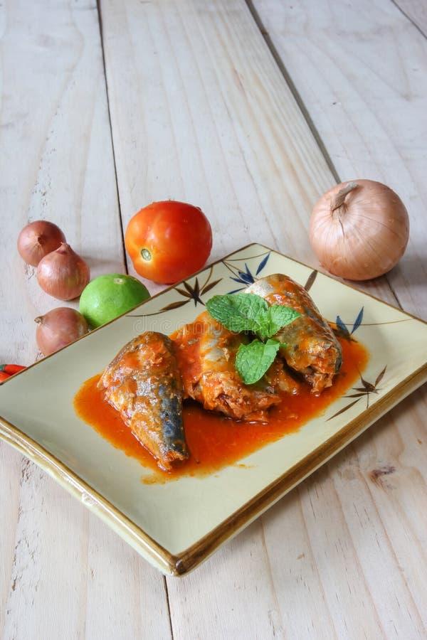 Скумбрия в томатном соусе на плите стоковое фото rf