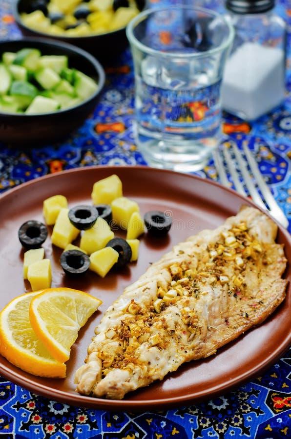 Скумбрия при marinated чеснок и лимон Морокканское блюдо стоковая фотография