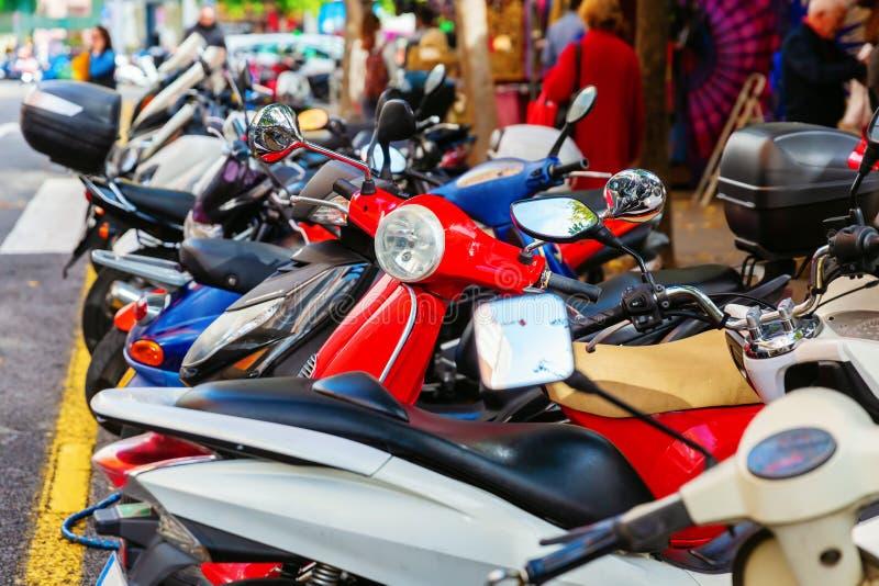 Скутеры в ряд в городе стоковые изображения