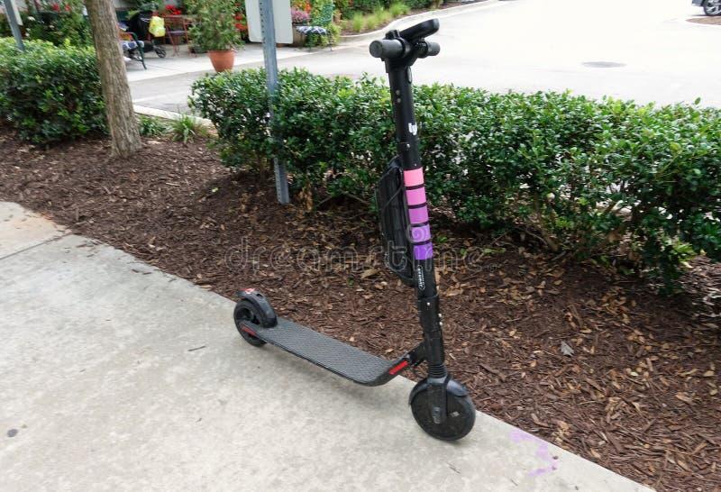 Скутер доли езды Lyft на sidwalk стоковое фото
