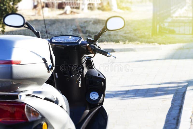 Скутер стоит на улице города Владелец забыл ключи стоковые фото