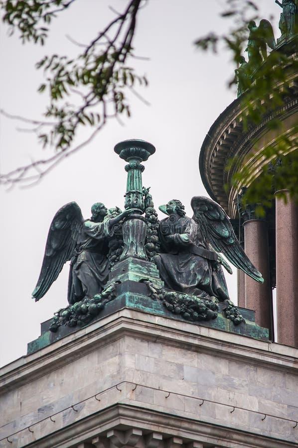 Скульптура ангелов на крыше собора St Исаак st petersburg России стоковые изображения