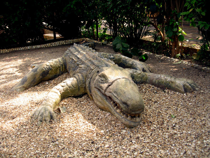 Скульптура африканца крокодила стоковые изображения rf