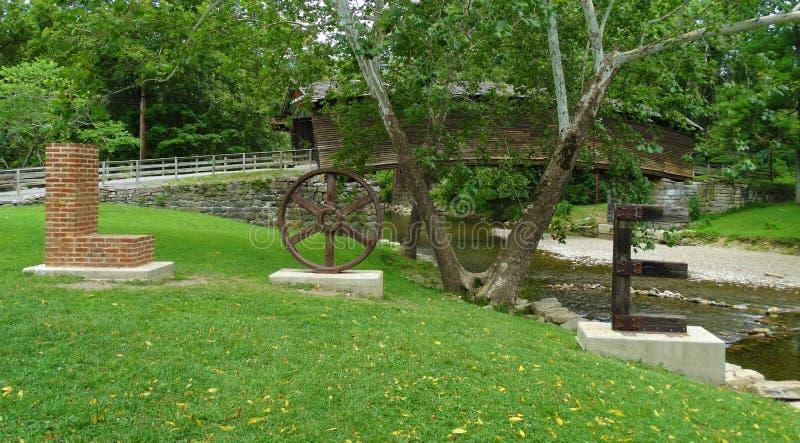 Скульптура влюбленности на крытом мосте горба, Вирджинии, США стоковое изображение