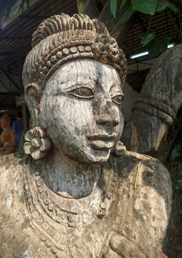 Скульптура женщины деревянная высекая стоковая фотография rf
