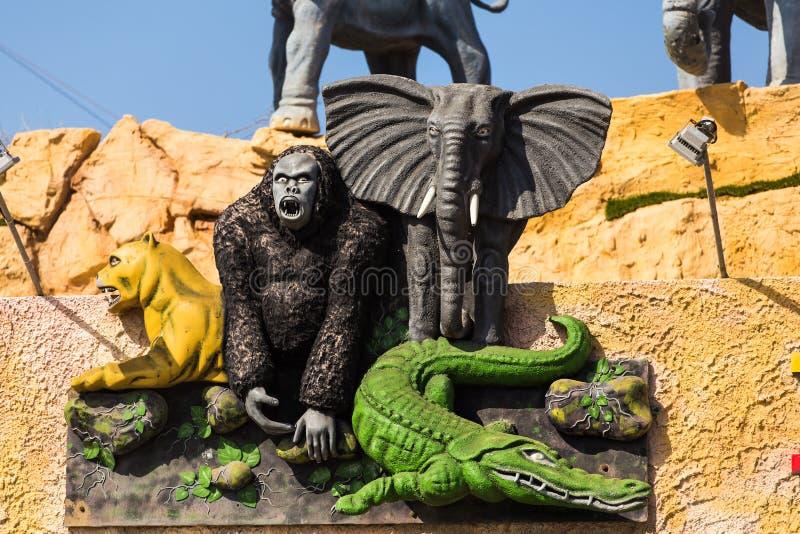 Скульптура животных джунглей - слон, горилла, крокодил стоковые фотографии rf