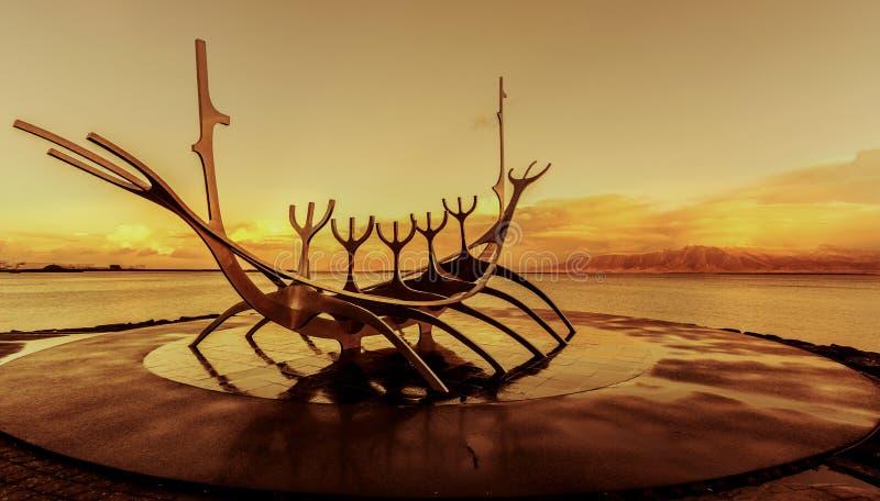 Скульптура Исландия Reykjavik шлюпки Voyager Солнця стоковые изображения rf