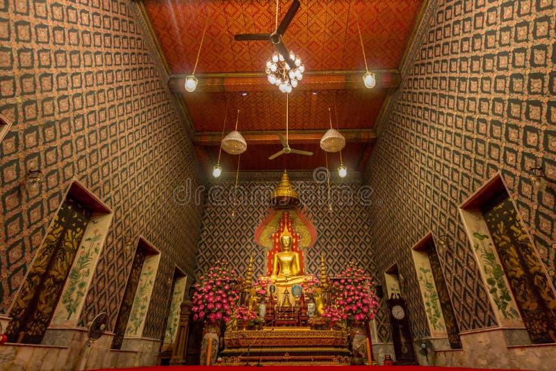 Скульптура и висок Будды в Wat Moli Lokayaram Ratcha Worawih стоковая фотография