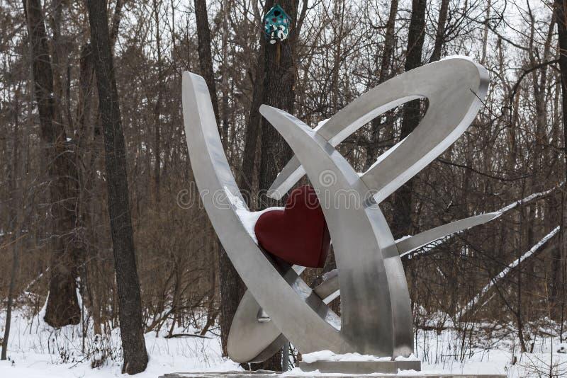 Скульптура металла в древесине зимы стоковые фотографии rf
