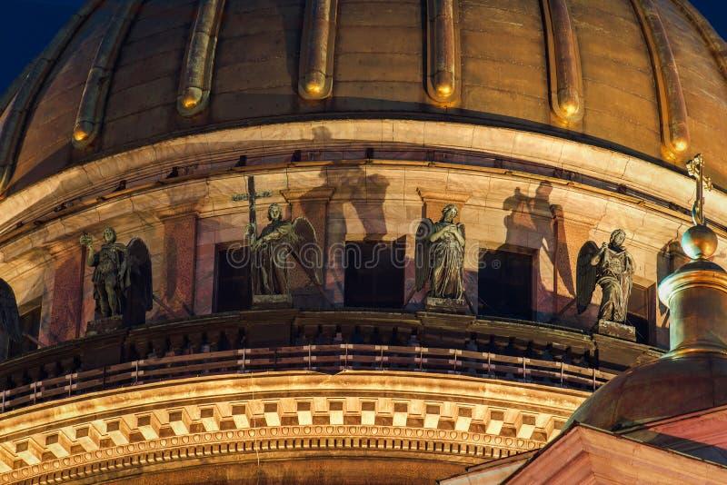 Скульптура на крыше собора stIsaac в Санкт-Петербурге стоковые фотографии rf