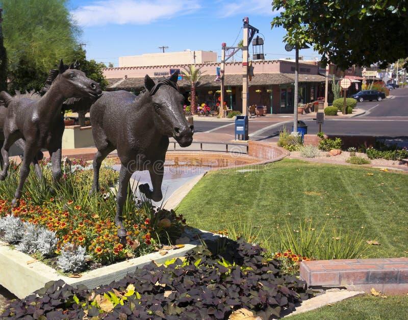 Скульптура лошади и старые бутики городка, Scottsdale, Аризона стоковые изображения rf