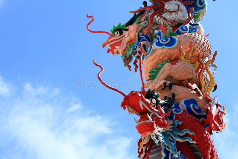 Скульптура дракона на конкретном штендере стоковое изображение rf