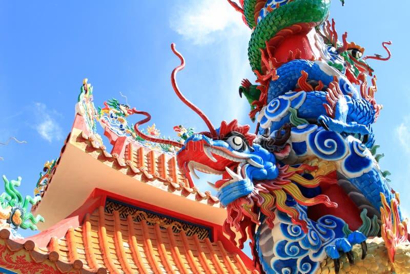 Скульптура дракона на конкретном штендере стоковое изображение